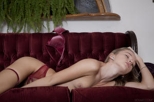 http://img280.imagevenue.com/loc396/th_404504454_tduid300163_SexArt_Ravani_Milena_D_medium_0037_123_396lo.jpg