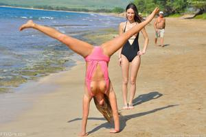 http://img280.imagevenue.com/loc419/th_557651209_Mary_and_Aubrey_Hawaii_II_Beach_Bunnies_53_123_419lo.jpg