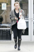http://img280.imagevenue.com/loc594/th_256337386_Hilary_Duff_at_Zankou_Chicken7_122_594lo.jpg